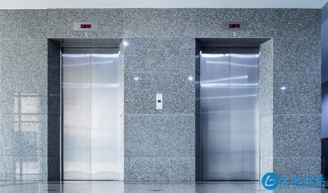电梯房比楼梯房好?高层住宅2部电梯停运,业主住22楼也要爬楼梯